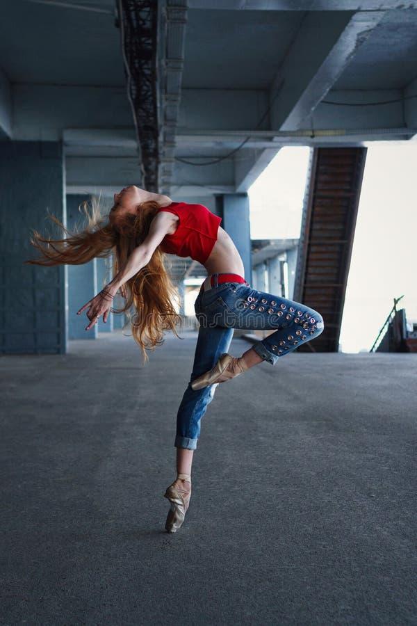 Ballerinadans Gatakapacitet arkivbilder