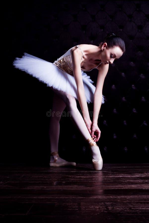 Ballerinadansare i den vita ballerinakjolen royaltyfri fotografi