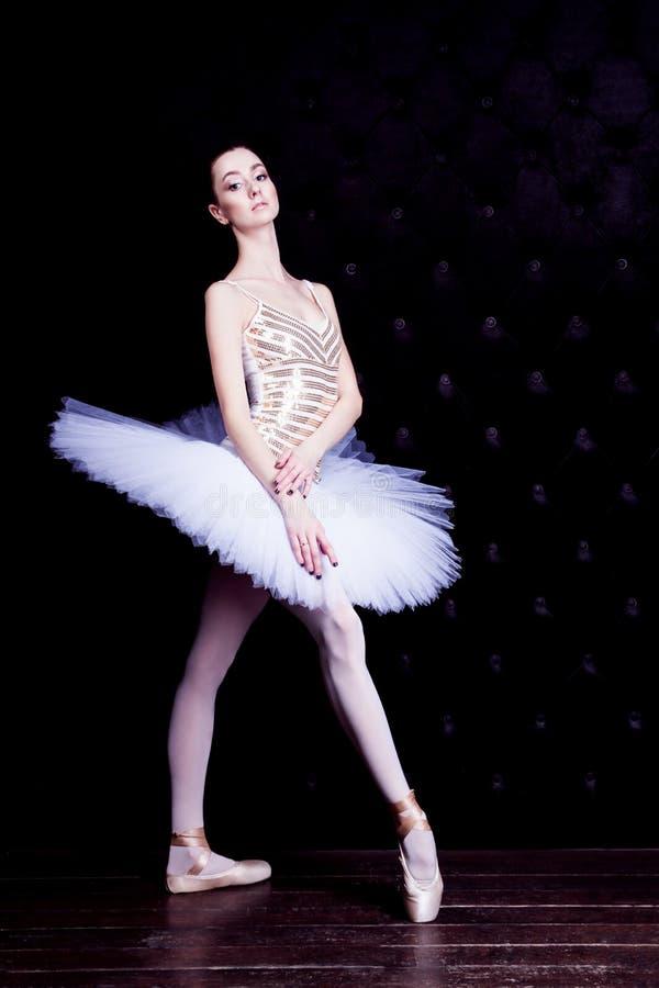 Ballerinadansare i den vita ballerinakjolen royaltyfri bild