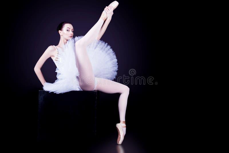 Ballerinadansare i den vita ballerinakjolen arkivbild