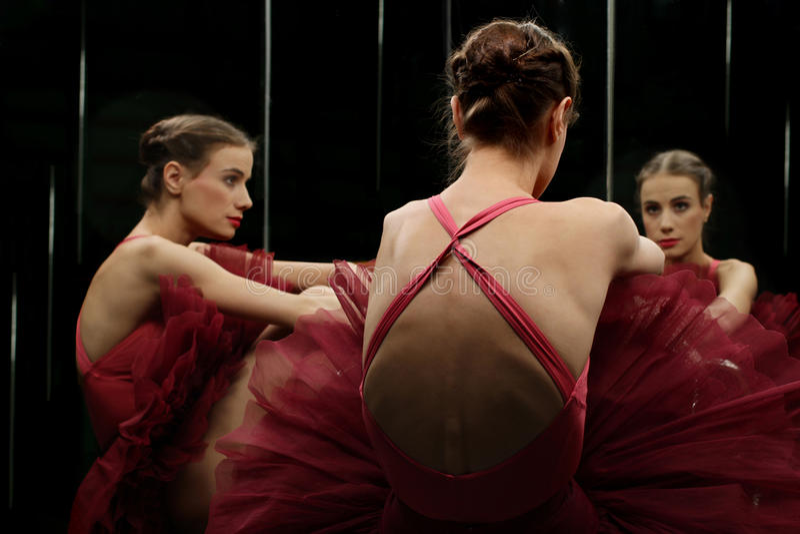 Ballerinadansare som ser spegeln royaltyfri foto