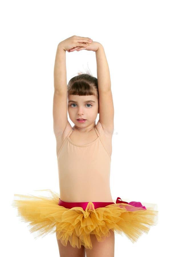 ballerinaflicka little posera studio för stående arkivfoton