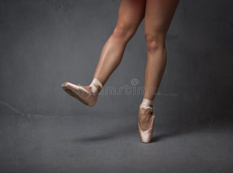 Ballerinafoten stänger sig upp royaltyfri bild