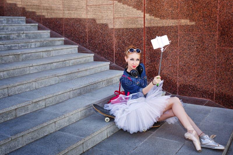 Ballerinahipster Selfie på gatan royaltyfri foto