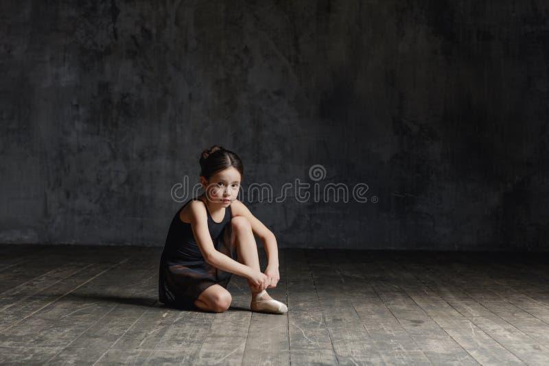 Ballerinamädchen, das im Tanzstudio aufwirft lizenzfreies stockfoto