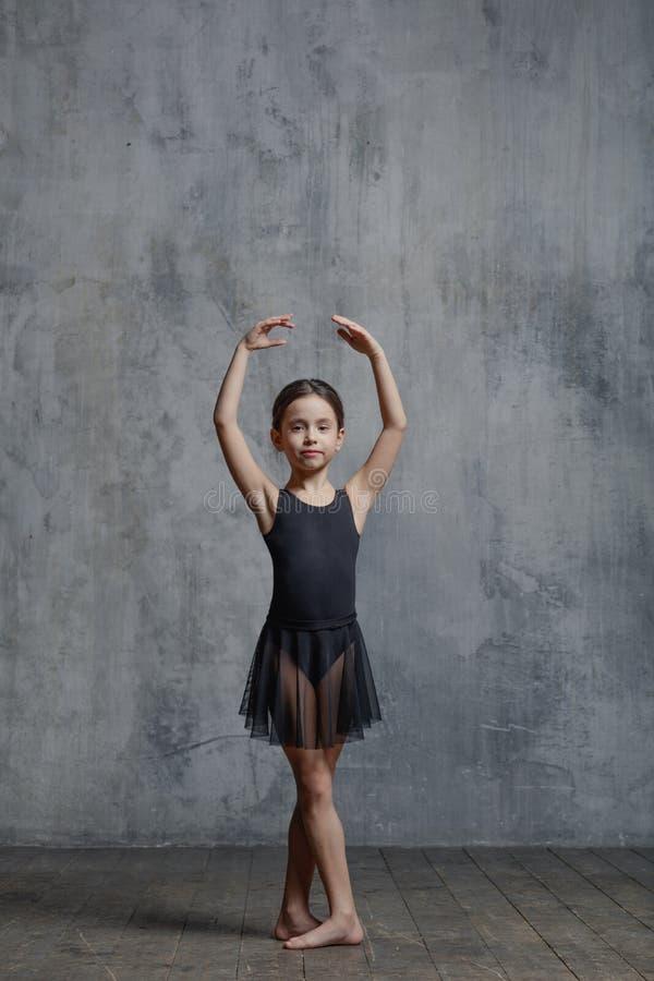 Ballerinamädchen, das im Tanzstudio aufwirft stockfoto