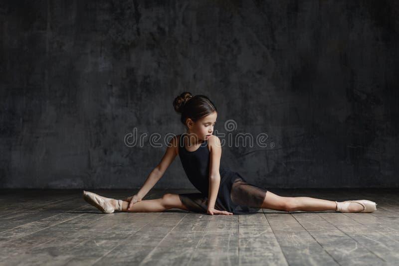 Ballerinamädchen, das im Tanzstudio aufwirft stockbild
