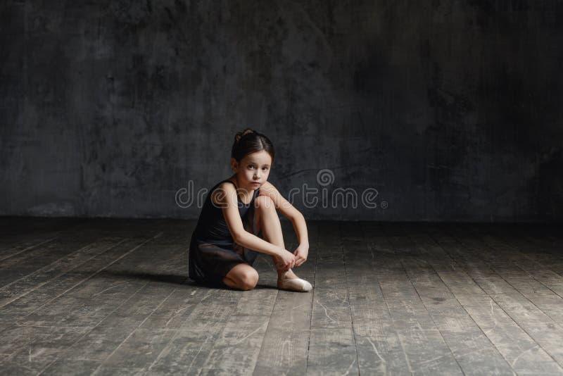 Ballerinamädchen, das im Tanzstudio aufwirft lizenzfreie stockfotografie