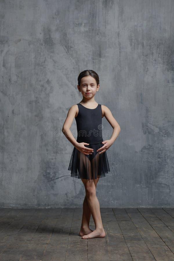 Ballerinameisje het stellen in dansstudio stock afbeelding