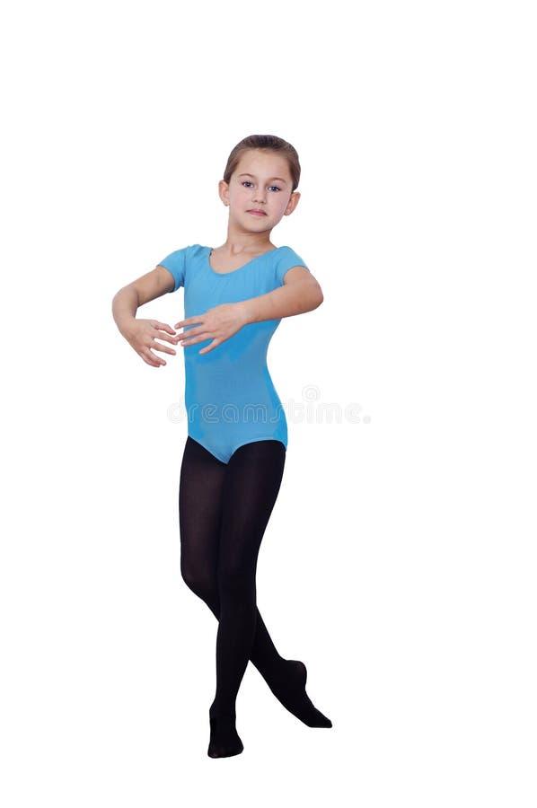 Ballerinameisje 6 jaar Mooie Ballerina die haar die posities uitoefenen op witte achtergrond worden geïsoleerd royalty-vrije stock fotografie