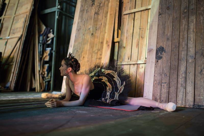 Ballerinasammanträde på uppvärmningen i kulisserna royaltyfri bild