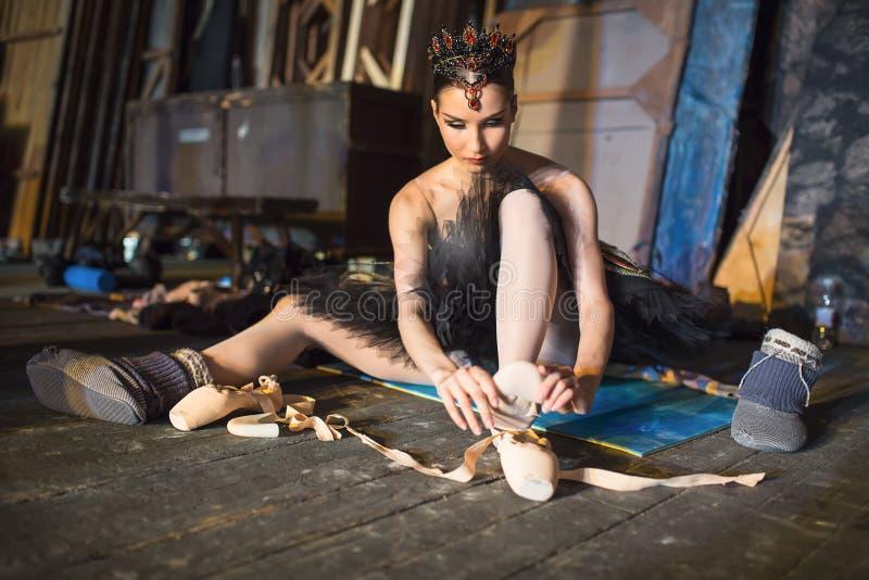 Ballerinasammanträde på uppvärmningen i kulisserna arkivfoto