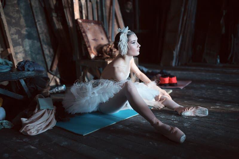 Ballerinasammanträde på uppvärmningen i kulisserna royaltyfria foton