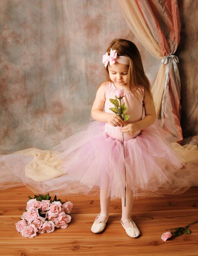 ballerinaskönhet som rymmer little rosa, steg arkivbilder