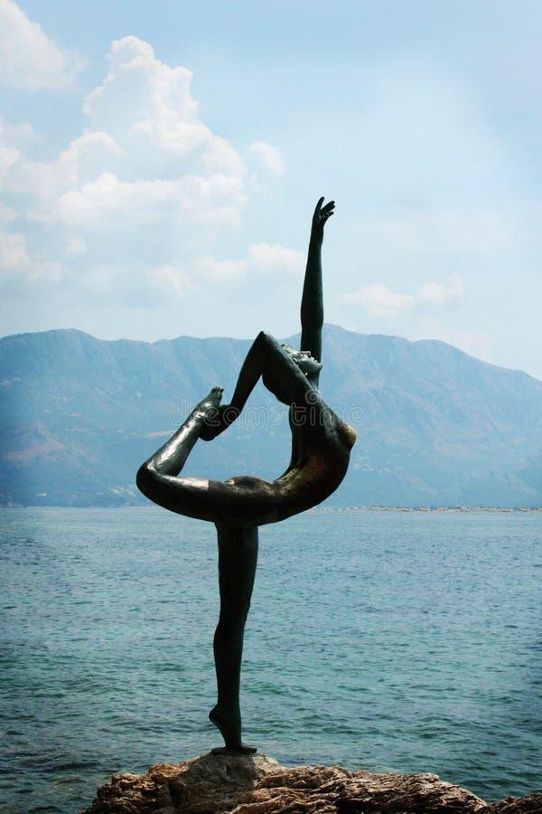 Ballerinastandbeeld als symbool van Budva (Montenegro) stock fotografie