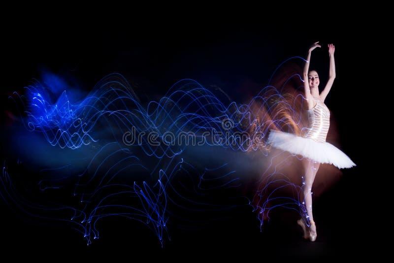 Ballerinatänzer auf Stadium mit Schattenbildspur lizenzfreie stockfotos