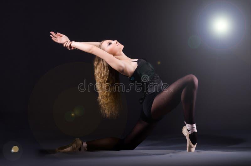 Ballerinatanzen lizenzfreie stockfotografie