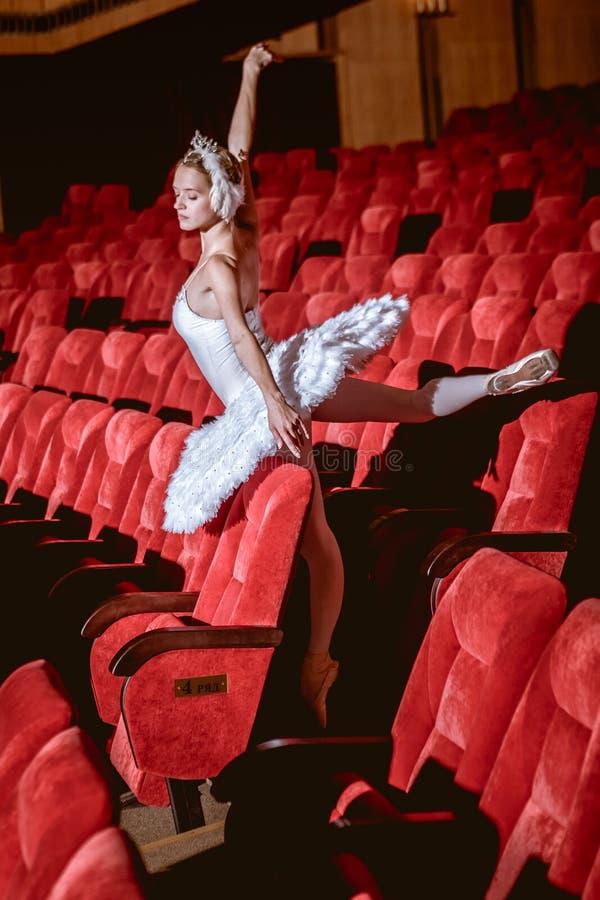 Ballerinazitting in het lege auditoriumtheater royalty-vrije stock foto