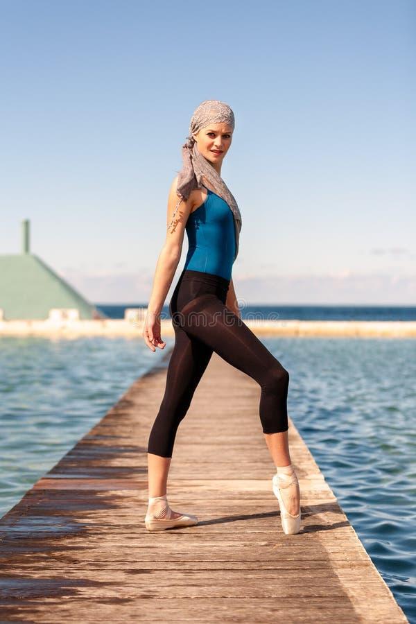 Ballerine adolescente à la pousse extérieure aux bains d'océan à Newcastle - format de portrait photographie stock