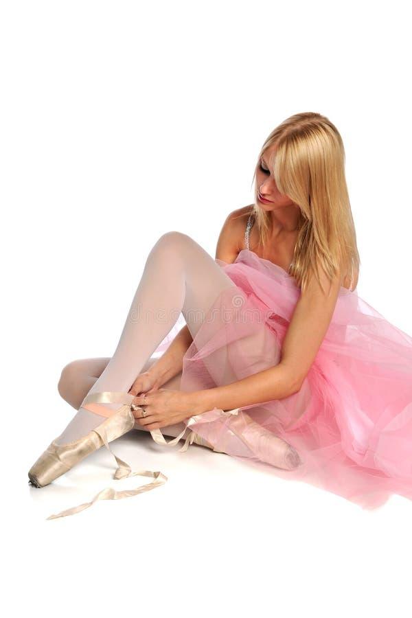 Ballerine attachant des chaussures photographie stock libre de droits