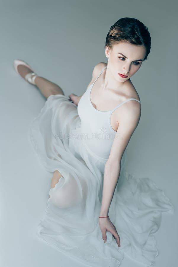 ballerine attirante s'asseyant dans la robe blanche photos stock