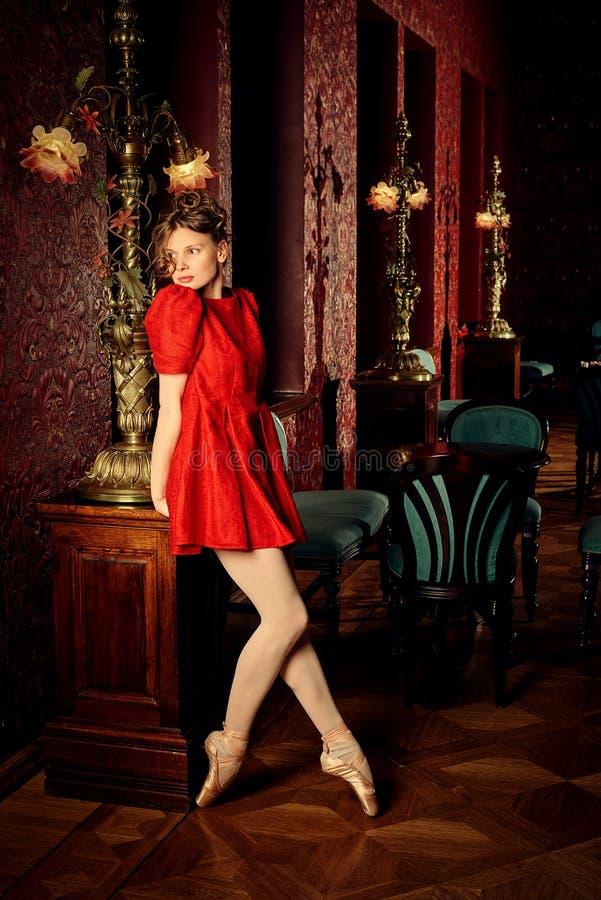 Ballerine caucasienne de mode dans la robe rouge image libre de droits