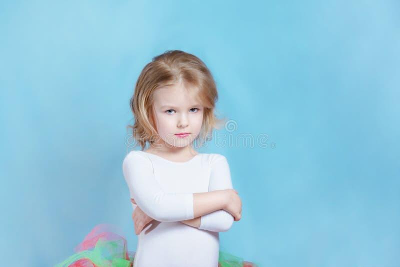 Ballerine caucasienne de petite fille dans le tutu coloré image libre de droits