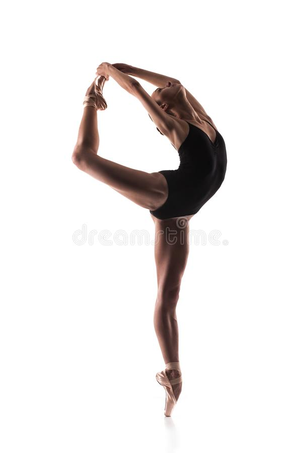 Ballerine dans l'équipement noir posant sur des orteils image libre de droits