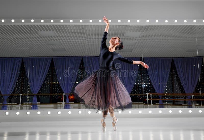 Ballerine dans le hall s'exerçant image libre de droits