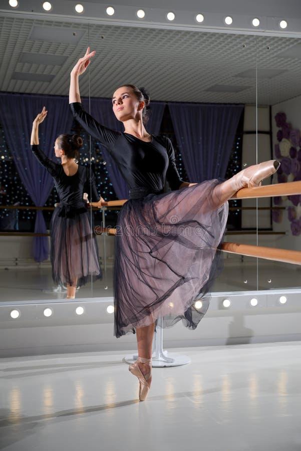 Ballerine dans le hall s'exerçant photo libre de droits