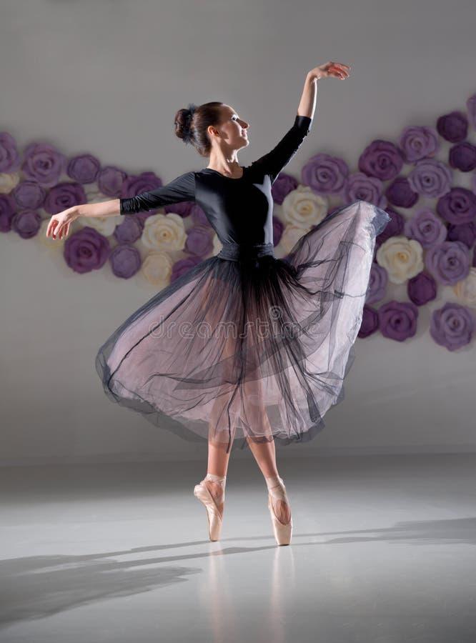 Ballerine dans le hall s'exerçant images libres de droits