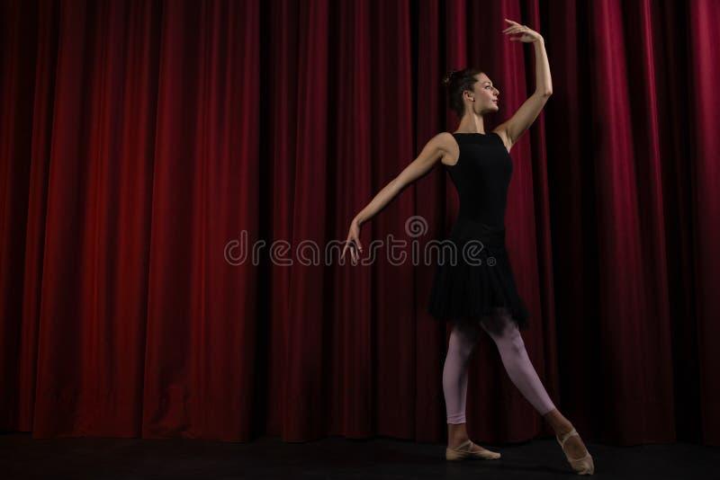Ballerine exécutant la danse de ballet sur l'étape image libre de droits