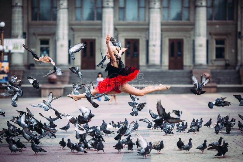 Ballerine faisant des fentes dans le ciel images libres de droits