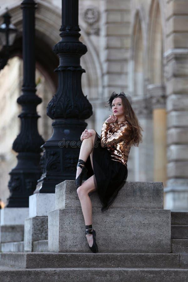 Ballerine gracieuse s'asseyant devant un palais image libre de droits