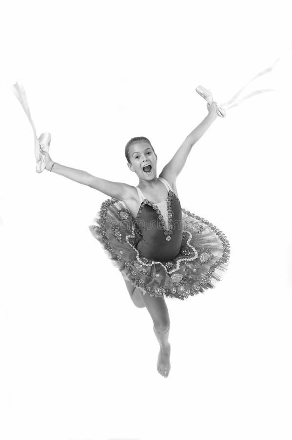 Ballerine heureuse d'attribut important de chaussures de ballet de prises d'enfant excellente La ballerine de fille tient le blan photographie stock