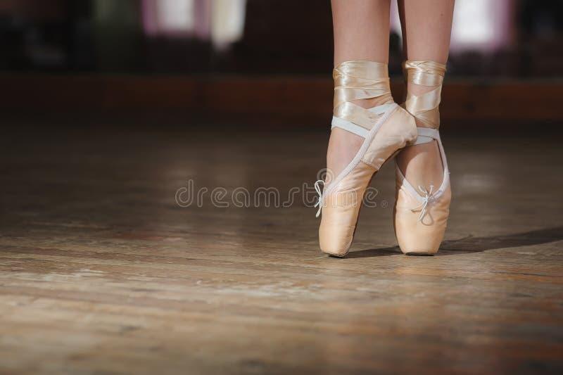 Ballerine ou danseur dans le pointe images libres de droits