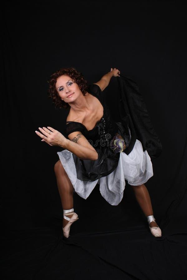 Ballerine posant au-dessus du fond foncé photos libres de droits