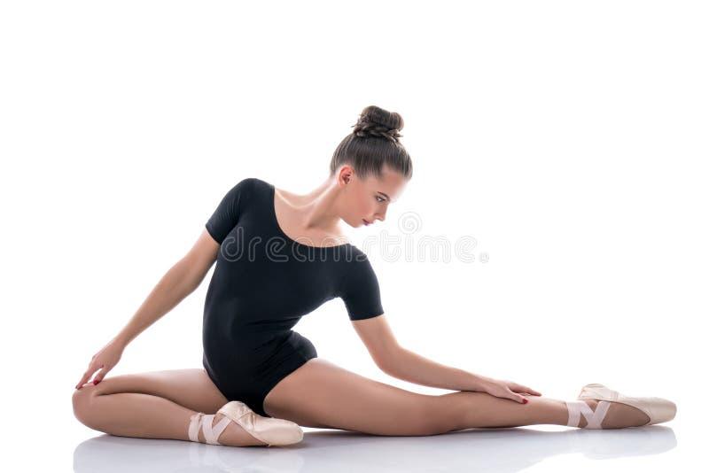 Ballerine posant avec élégance pendant la répétition image libre de droits