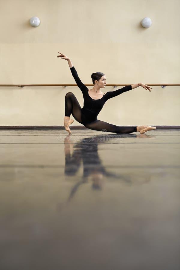 Ballerine posant dans la salle de danse photographie stock libre de droits