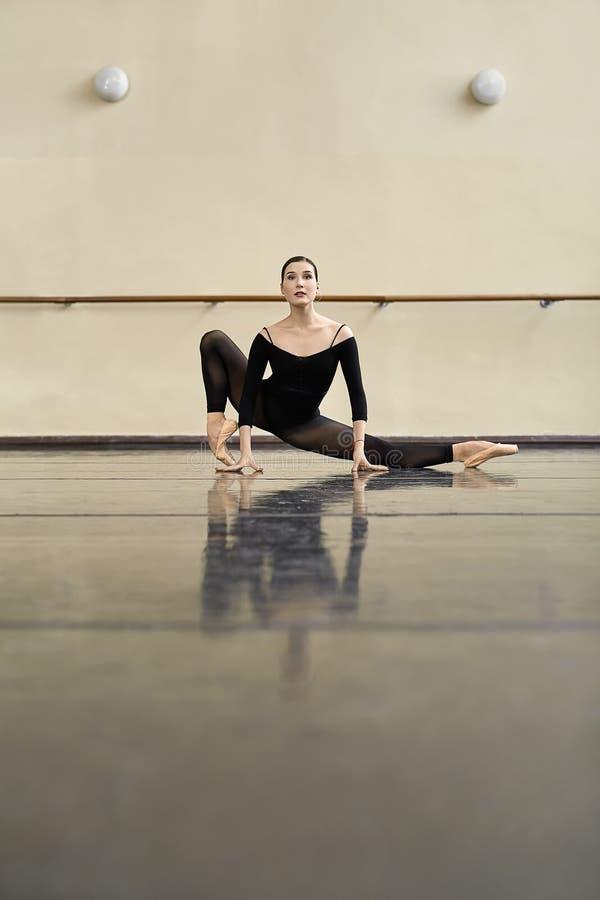 Ballerine posant dans la salle de danse images stock