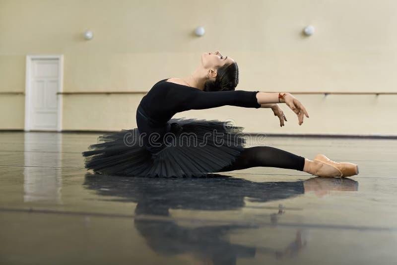 Ballerine posant dans la salle de danse photographie stock