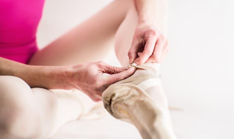Ballerine préparant ses chaussures de ballet images stock