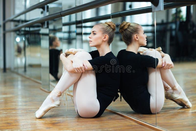 Ballerine s'asseyant sur le plancher photo libre de droits