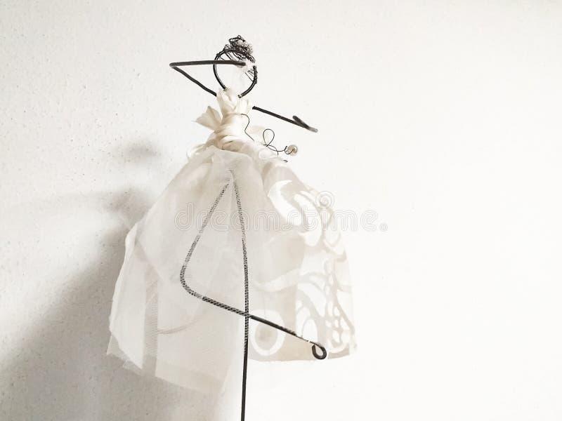 ballerine, une belle poupée stylisée à l'extrême créé avec le fil, et une peu de dentelle photo libre de droits