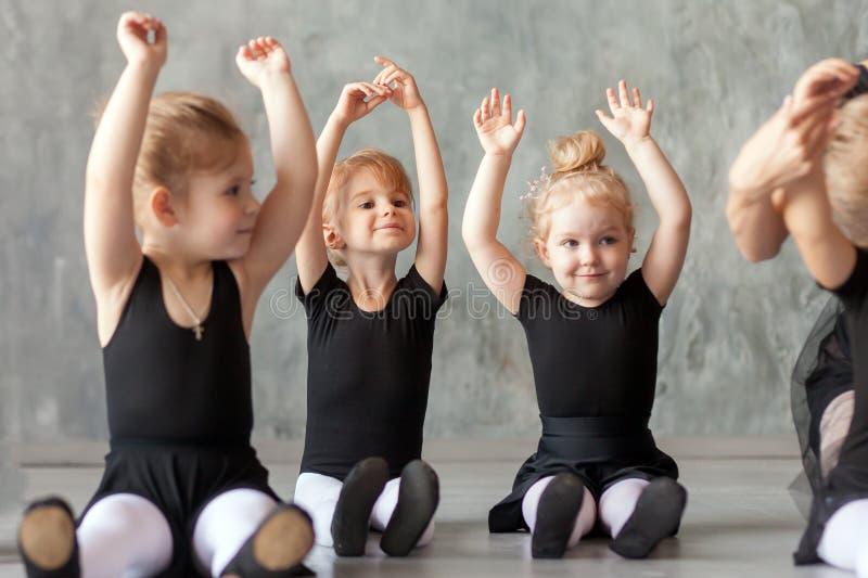 Ballerines de petites filles photo libre de droits