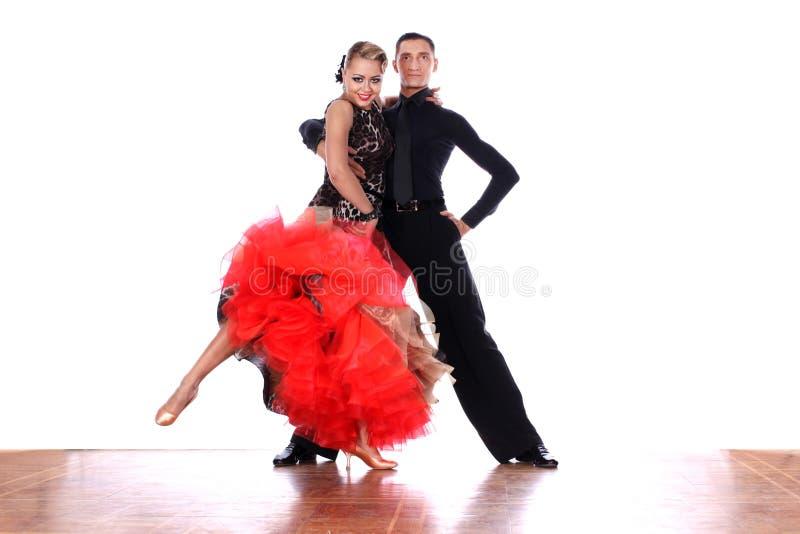 Ballerini del latino in sala da ballo contro fondo bianco fotografie stock
