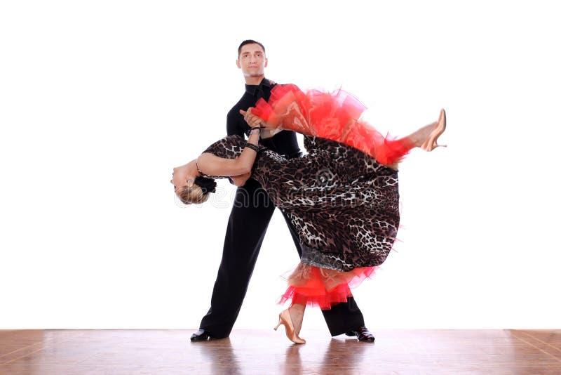 Ballerini del latino in sala da ballo contro fondo bianco fotografia stock