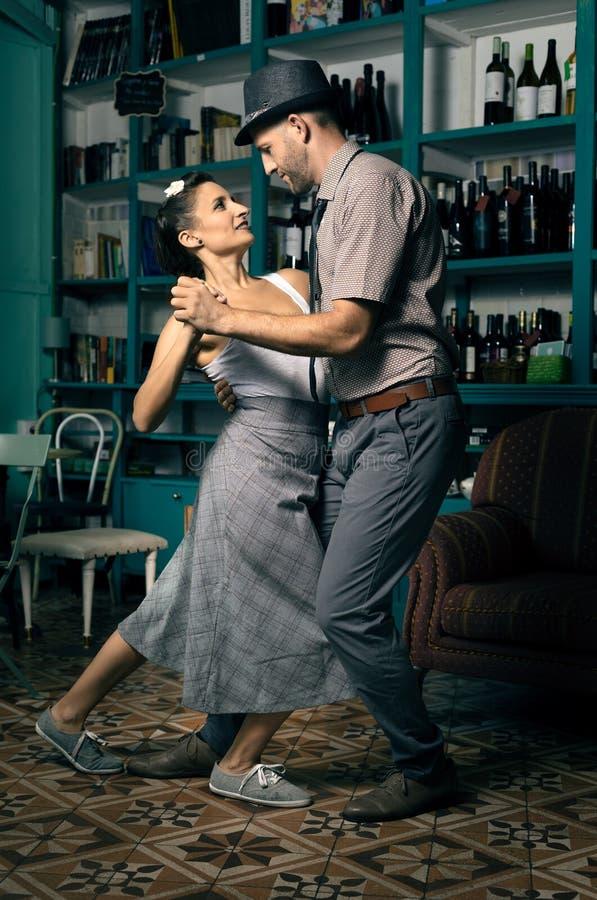 Ballerini dell'oscillazione in una stanza d'annata del caffè immagine stock libera da diritti
