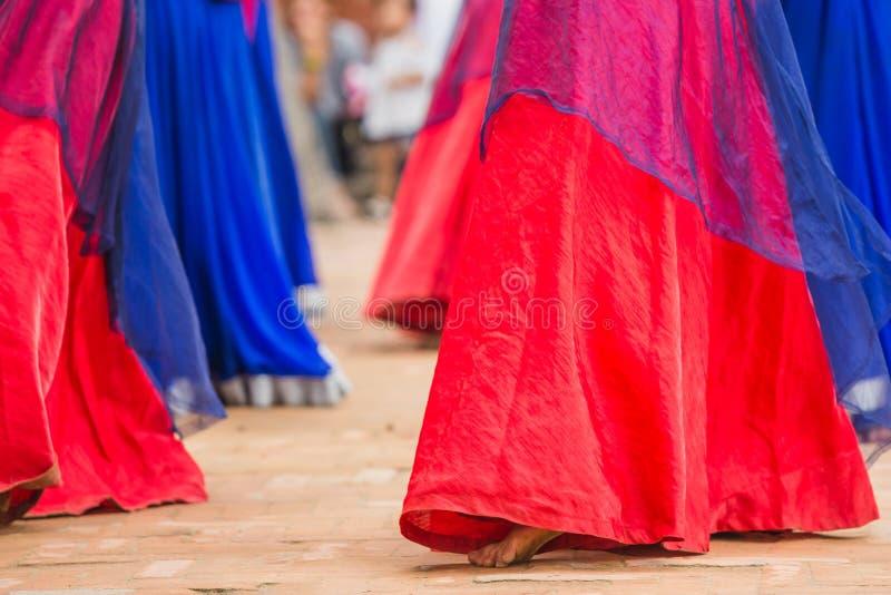 Ballerini di Bollywood con il vestito variopinto in una fila fotografie stock libere da diritti