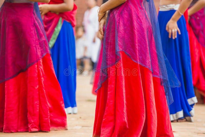 Ballerini di Bollywood con il vestito variopinto in una fila fotografie stock